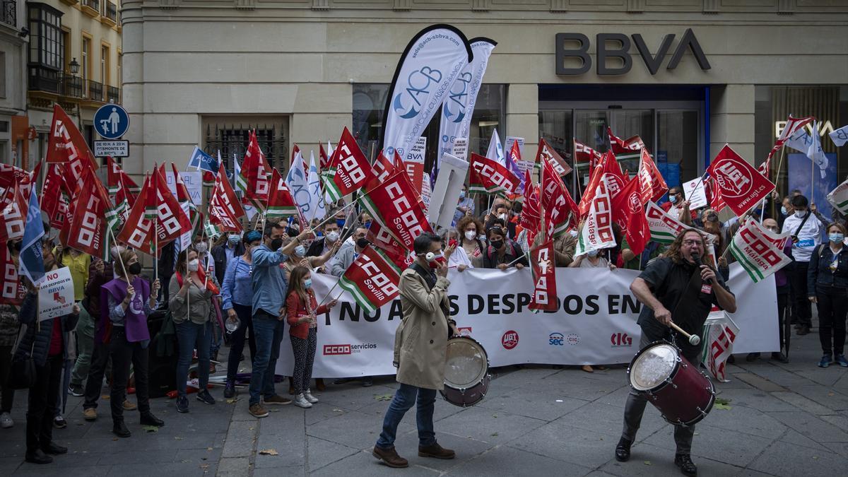 Trabajadores de BBVA se concentran ante una de las oficinas de Sevilla en contra de los despidos.