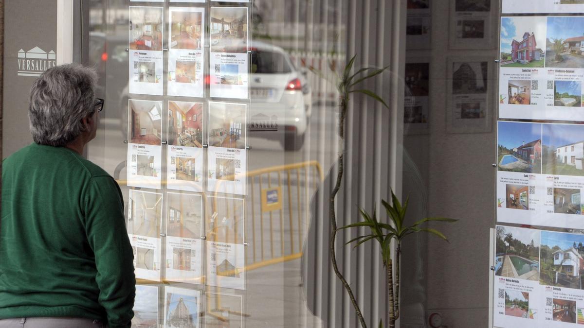 Anuncios de pisos en venta en una inmobiliaria coruñesa.