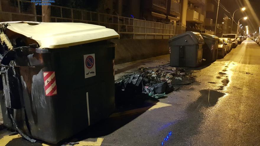 Detenido por dos incendios de contenedores en una noche en la calle Fábrica