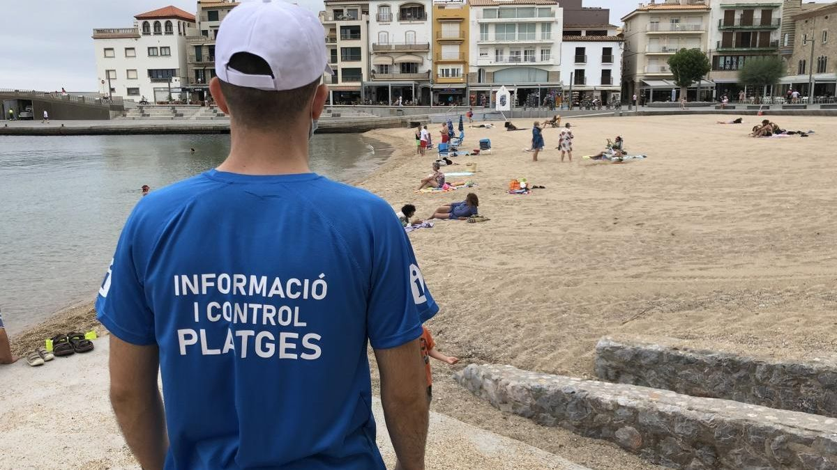 Un dels agents cívics controlant una de les platges de l'Escala