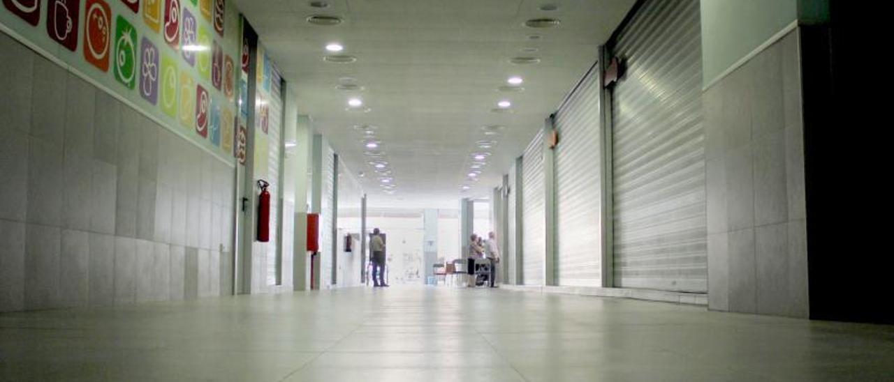El Mercat de la Vila, con la mayoría de locales cerrados por falta de concesionarios, en una imagen visible durante años.   VICENT M. PASTOR