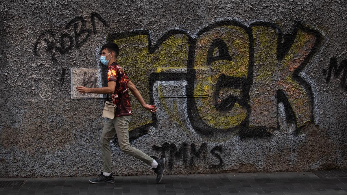 Un joven pasea con mascarilla en Santa Cruz de Tenerife
