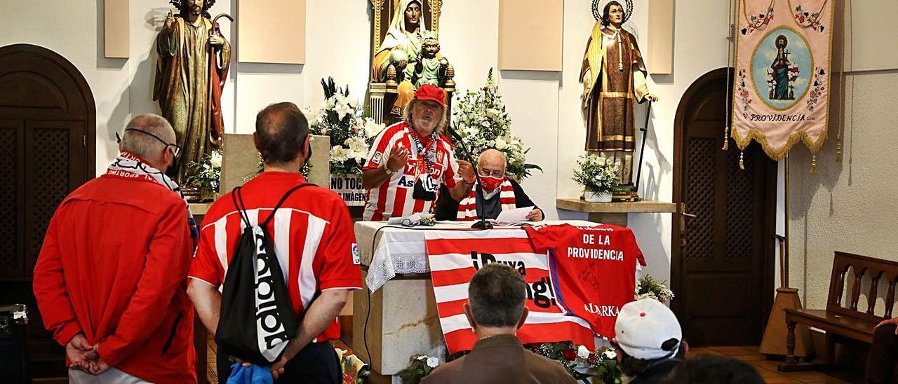 Ante el altar, Sergio Puente y Fernando Fueyo, ayer, en el acto en la ermita de la Virgen de la Providencia.