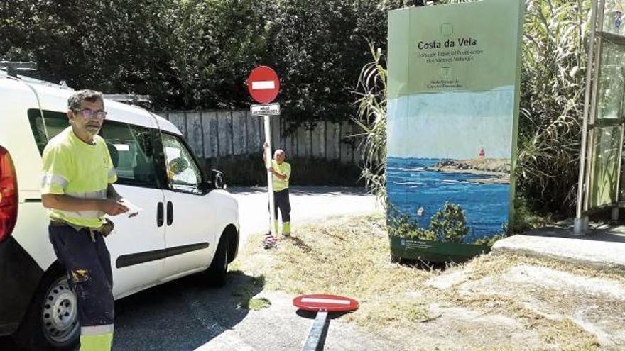 El acceso de playas para residentes, carteles en castellano y licencias, quejas ante la Valedora