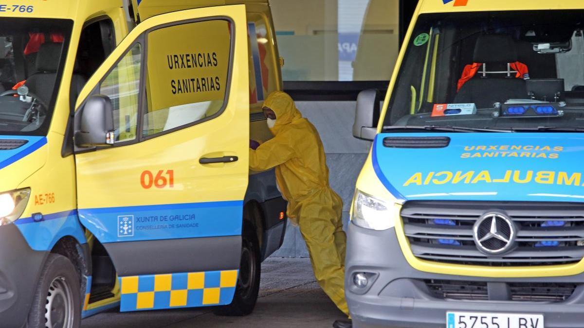 Una ambulancia a la entrada de Emerxencias del Cunqueiro durante la pandemia. // Marta G. Brea