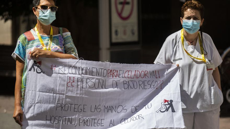 Los celadores piden ser considerados personal de riesgo