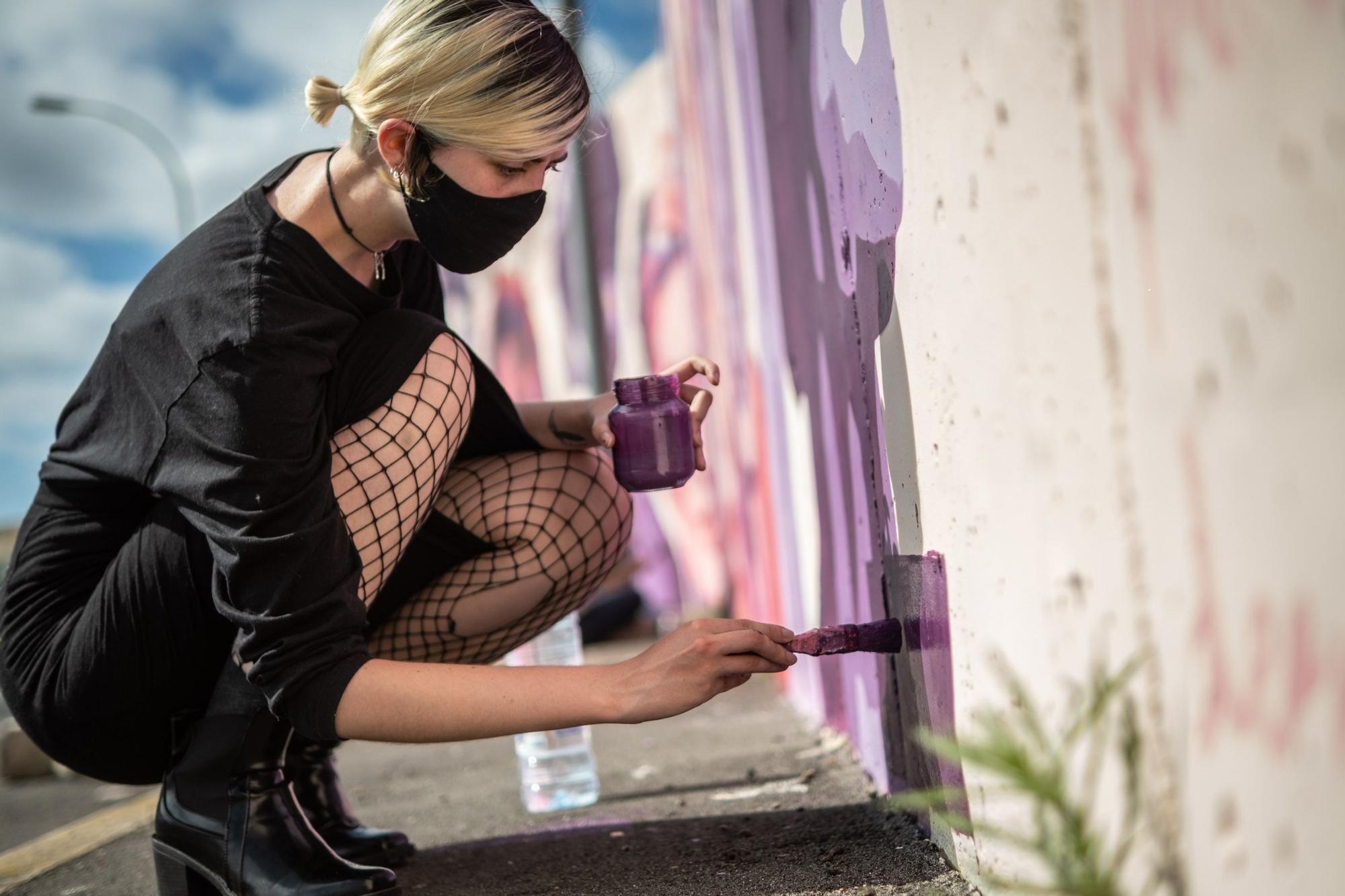 Jóvenes pintan un mural en La Laguna que fue vetado en Madrid