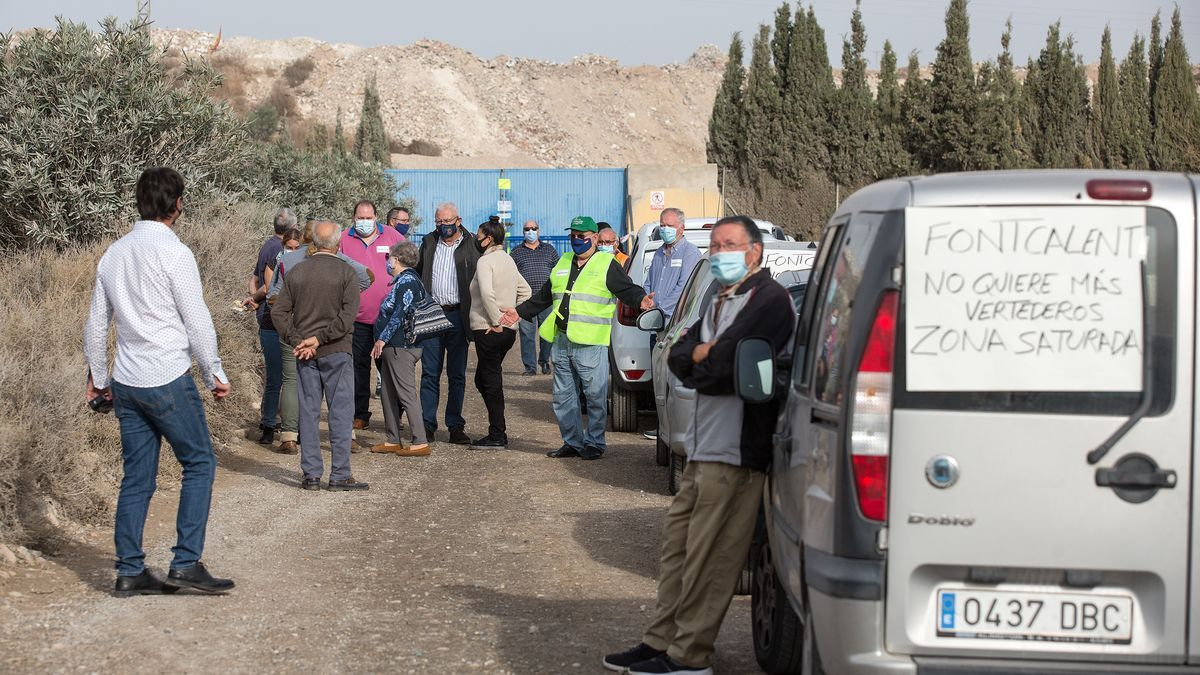 Concentración de vehículos en protesta ante la puerta de la Planta de Residuos de Fontcalent