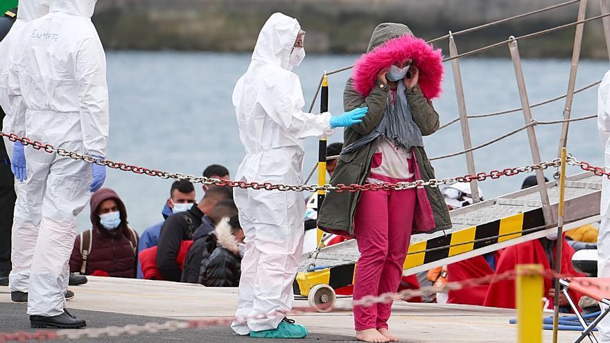 Dos mujeres fallecen en el naufragio de una patera en Lanzarote