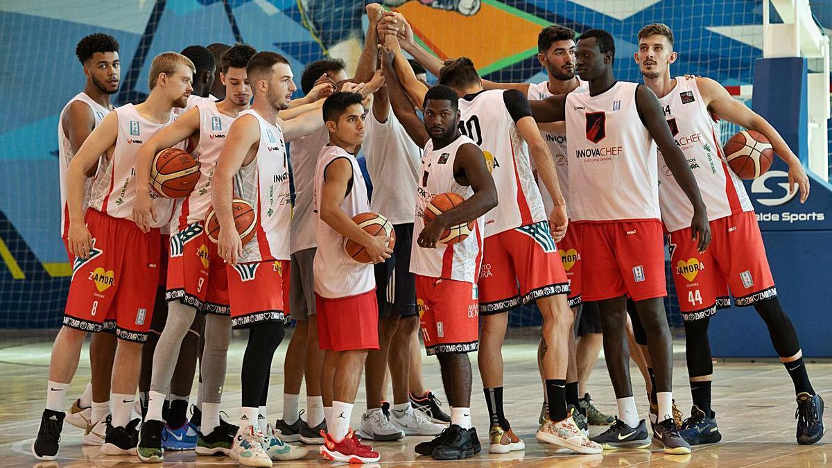 Los jugadores del Zamora Enamora hacen piña antes de iniciar un entrenamiento.