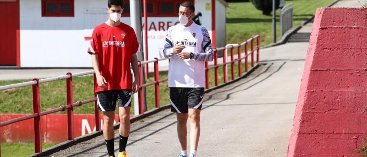 Sergio Sánchez, en Mareo, junto a uno de los jugadores del Sporting B.