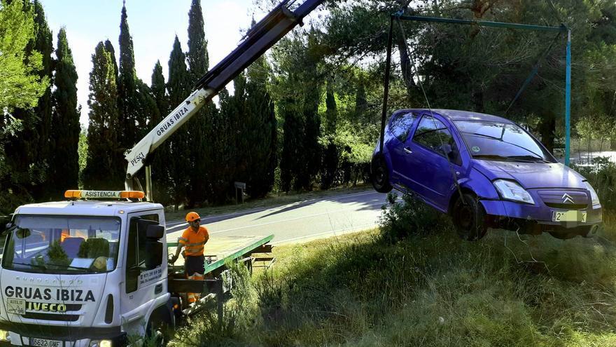 Un vehículo cae por un desnivel de 5 metros en Ibiza