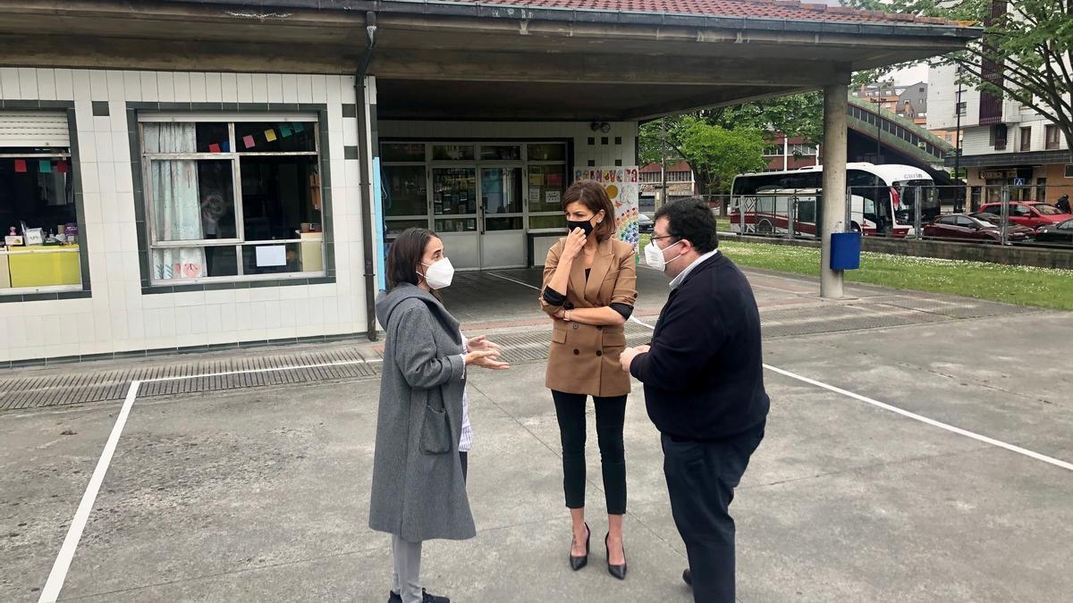 Por la izquierda, la directora, Ana Costa, con los concejales de Educación y Edificios, Lourdes García y Luis Pacho, respectivamente.