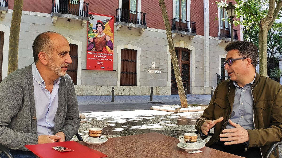 El secretario comarcal de CCOO-PV, Andrés Bermejo, a la izquierda, y a la derecha su homólogo en UGT-PV, Raül Roselló, con versan en la terraza de una cafetería del paseo de les Germanies de Gandia, este jueves.   JOSEP CAMACHO