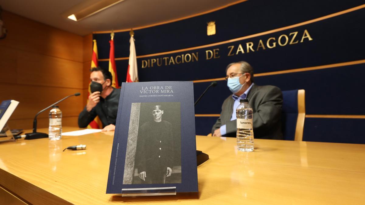 El historiador David Cortés Santamarta y Carlos Forcadell, este lunes en la presentación del libro en la DPZ.
