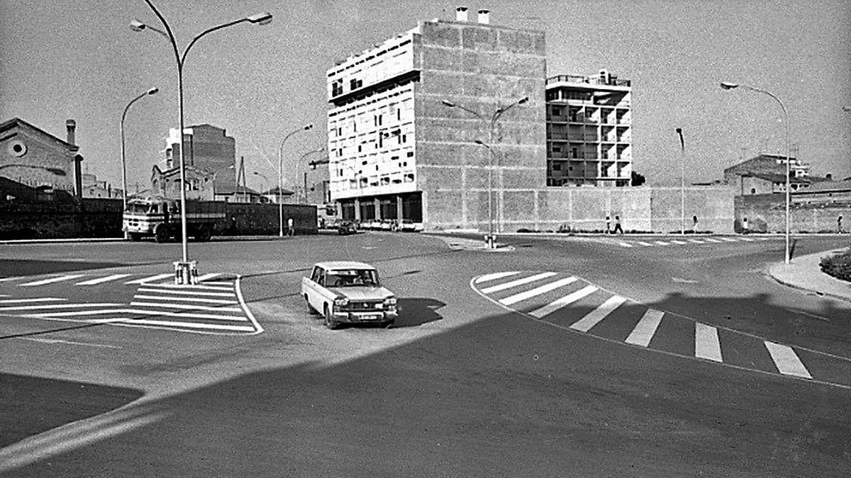 La plaça Bages el 1972 amb el Centre Hospitalari al fons   ARXIU ANTONI QUINTANA (ACBG)
