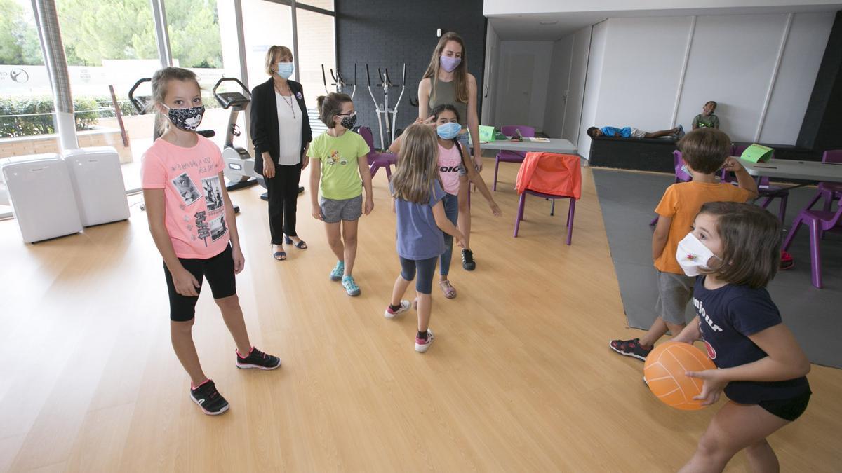 Xiquets i xiquetes de Gandia durant una activitat