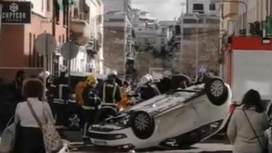 Aparatoso vuelco de un coche en Huerta de la Reina sin heridos