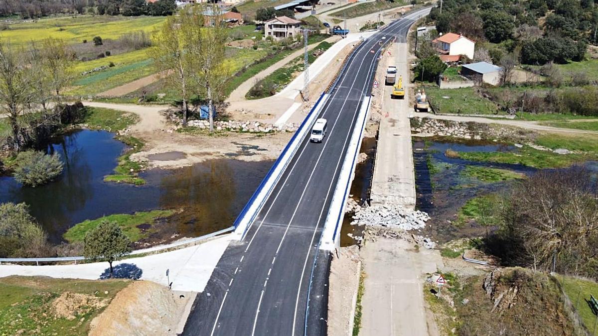 Tráfico en el nuevo puente de la ZA-P-1405 sobre el río Aliste, en Domez de Alba. | Chany Sebastián