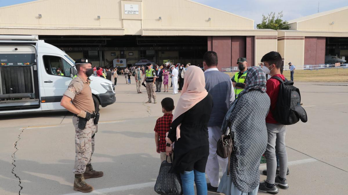 Un grupo de afganos esperan para ser evacuados.