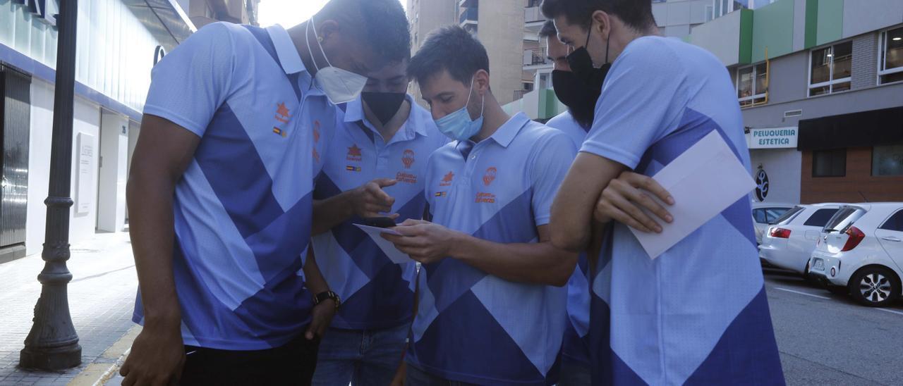 El Valencia Basket acude a su cita anual en la cuestación contra el cáncer