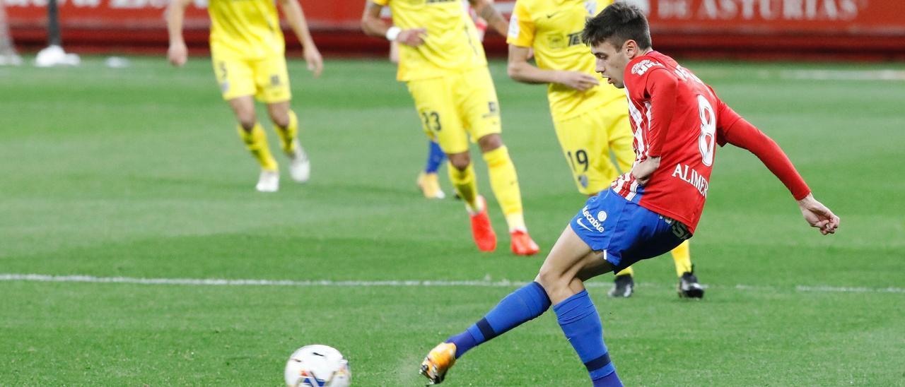 Pedro Díaz da un pase en el encuentro frente al Málaga