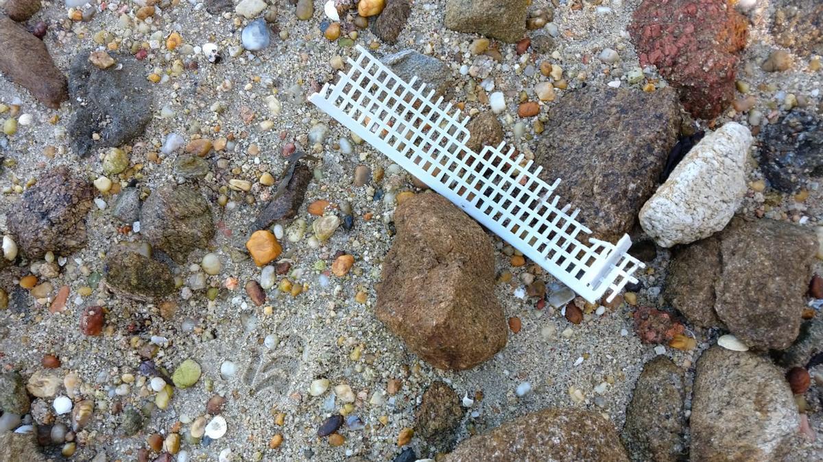 Los peligrosos plásticos están muy presentes en la costa de A Toxa.