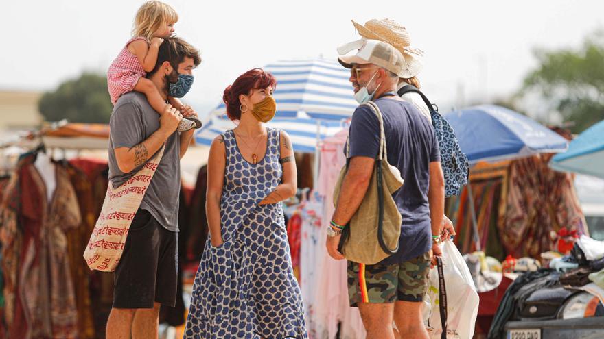 El calor reduce la afluencia al mercadillo de Sant Jordi en Ibiza