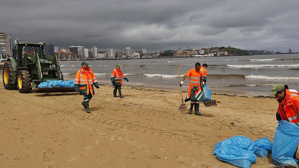 Operarios de EMULSA trabajando en la playa de San Lorenzo. | foto cedida a Lne