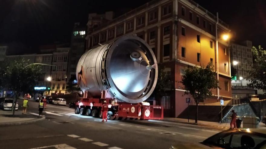 Un transporte especial lleva una pieza de gran tamaño a la refinería