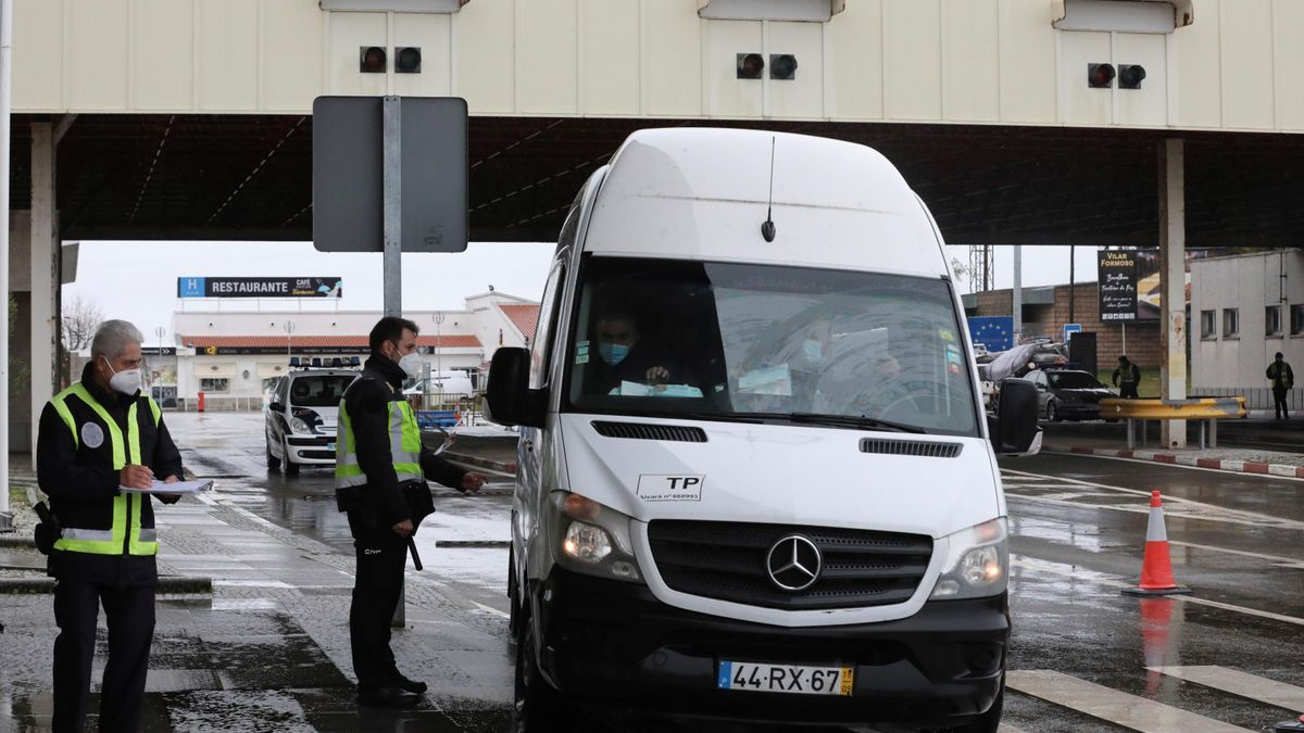 Un vehículo pasa por la frontera de Portugal