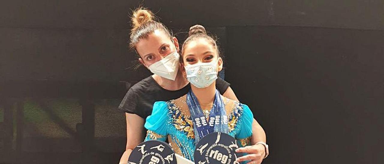 Flavia García, junto a su entrenadora Camino Mateos. | LNE