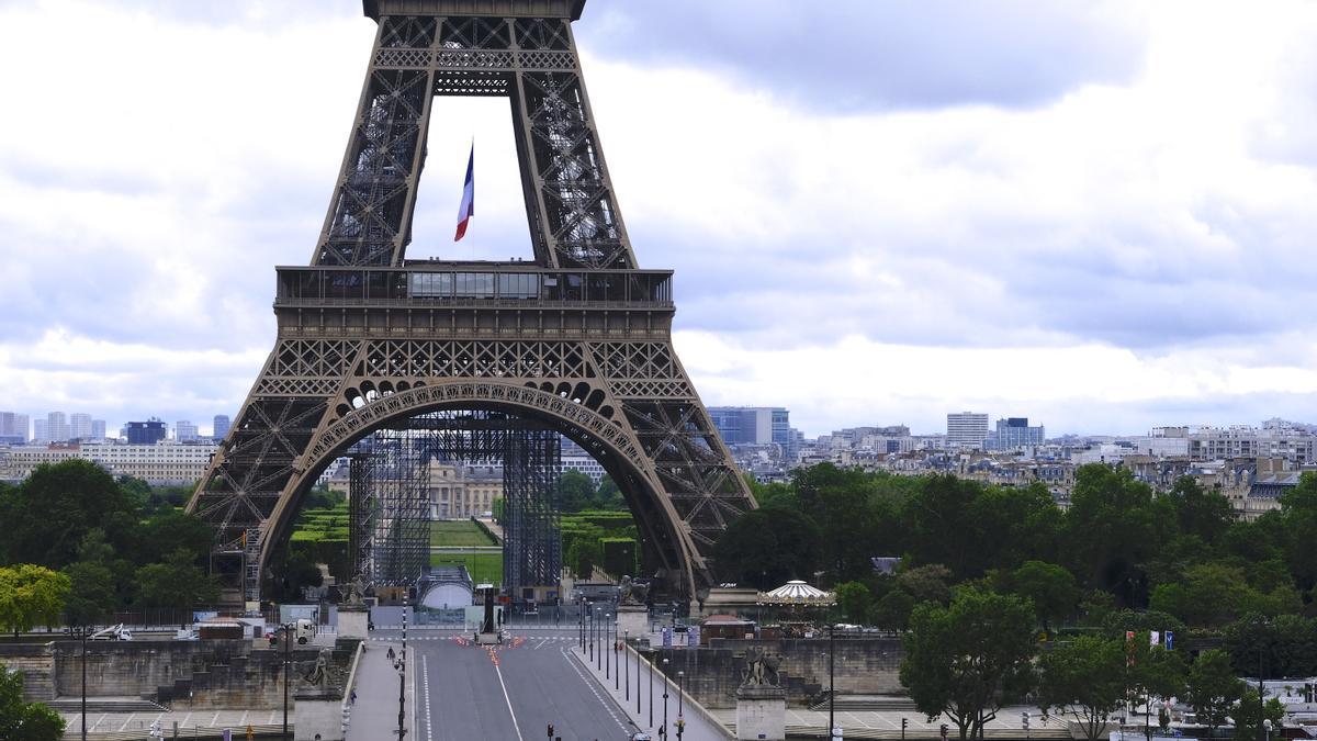 Vista general de la torre Eiffel vacía.