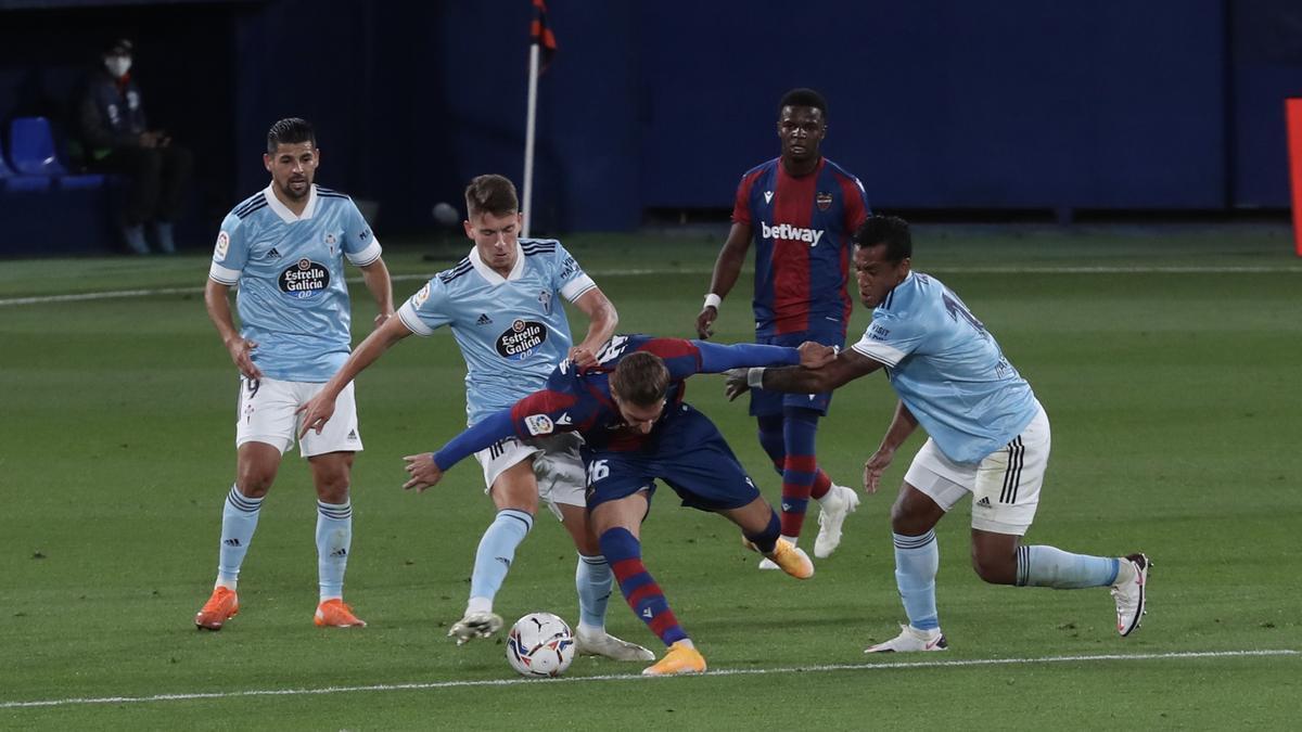 Fontán disputa un balón durante un partido con el Levante.