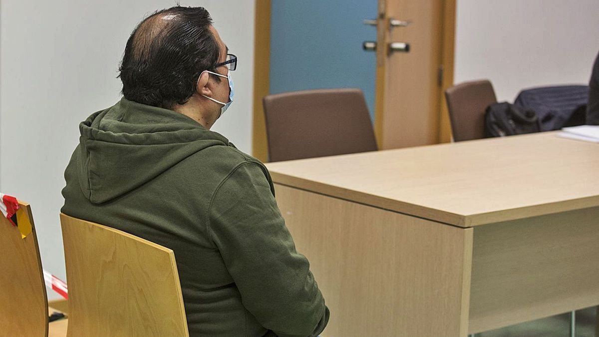 El acusado, ayer, sentando en el banquillo al inicio del juicio en la Audiencia Provincial.
