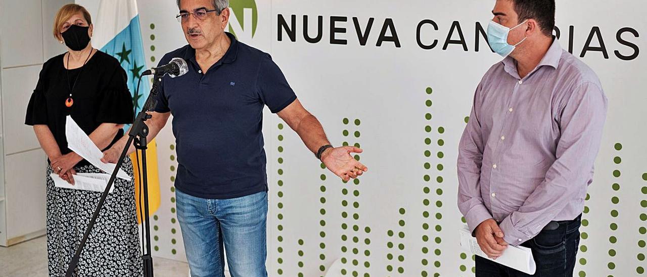 De izquierda a derecha Carmen Nieves Gáspar, Román Rodríguez y Valentín Correa, ayer tras la Ejecutiva de NC. | | EFE