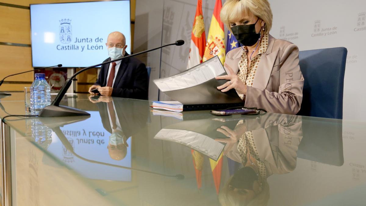 Verónica Casado, junto a Igea, durante una rueda de prensa.