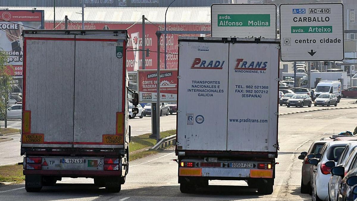 Dos camiones circulan por el polígono de Agrela.