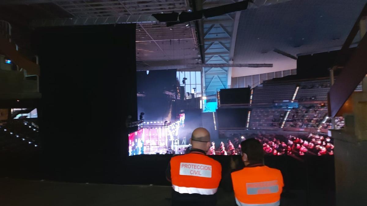Efectivos del dispositivo de seguridad del concierto de Pablo López en el Coliseum