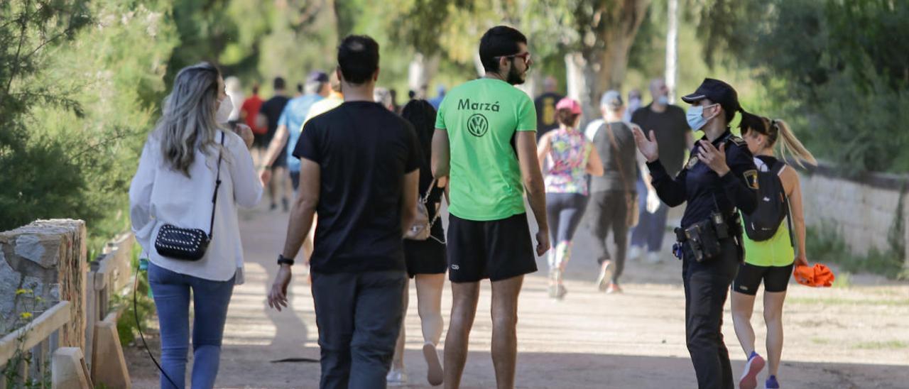 La Policía Local de Elche advierte a los paseantes para que cumplan las normas en la ladera del río