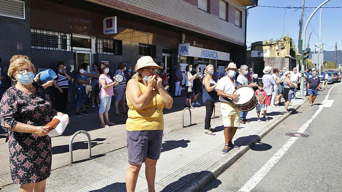 Vecinos de Cesantes protestan por las comisiones bancarias