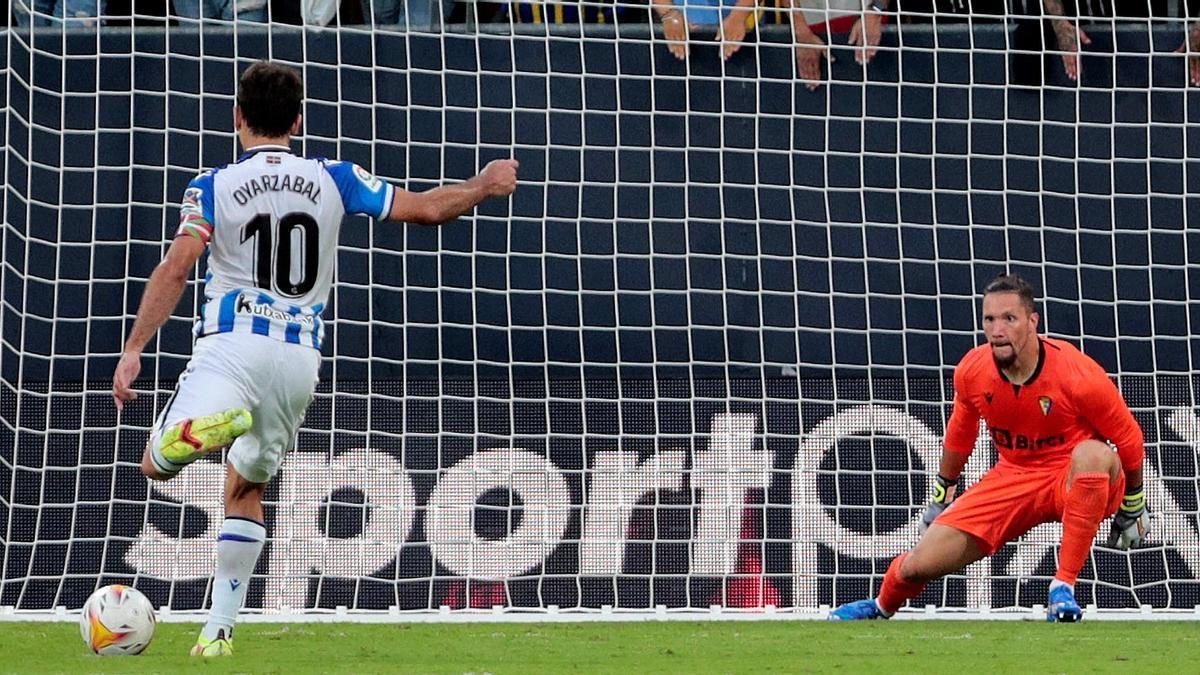 Oyarzabal marca de penalti el 0-2.