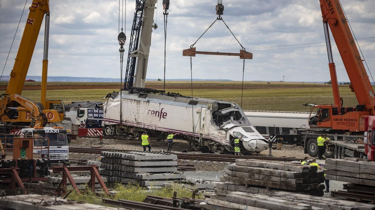 Las grúas recogen las máquinas del Alvia tras el accidente