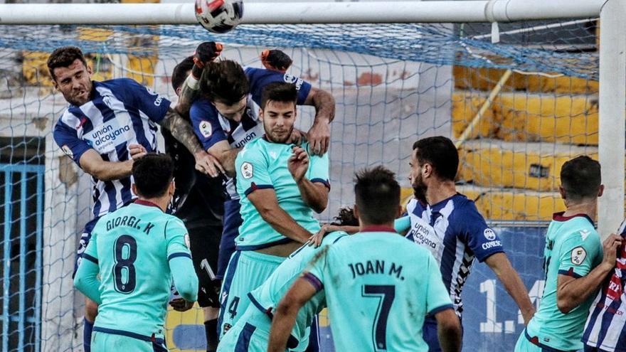 Una jugada de peligro del Alcoyano que desbarata con los puños el guardameta del Atlético Levante. | JUANI RUZ