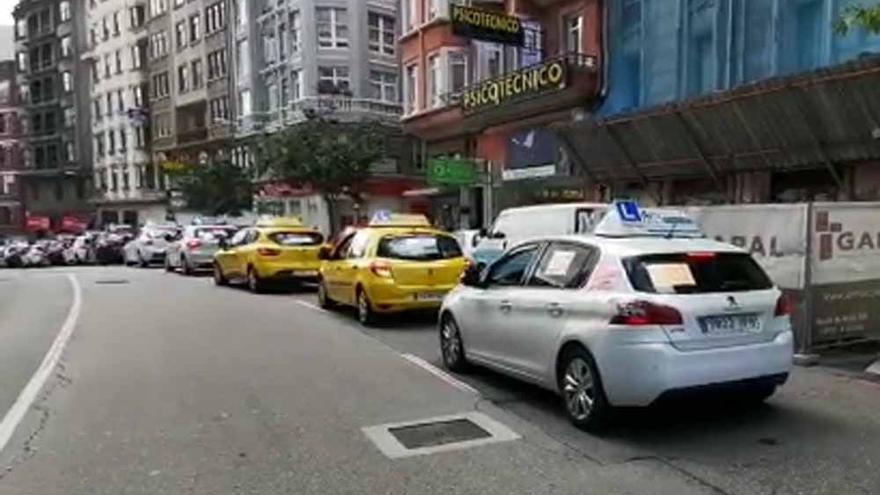 Caravana de vehículos en una protesta de las autoescuelas de A Coruña