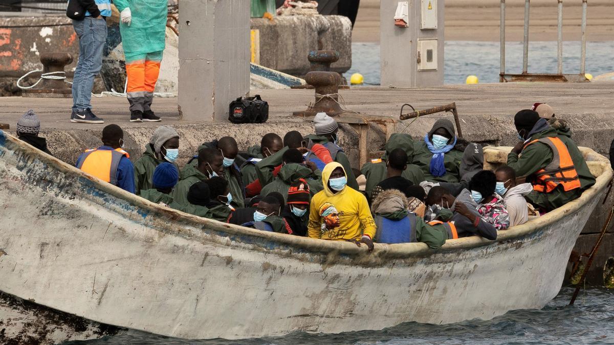 Un cayuco con 50 inmigrantes llega a Tenerife.