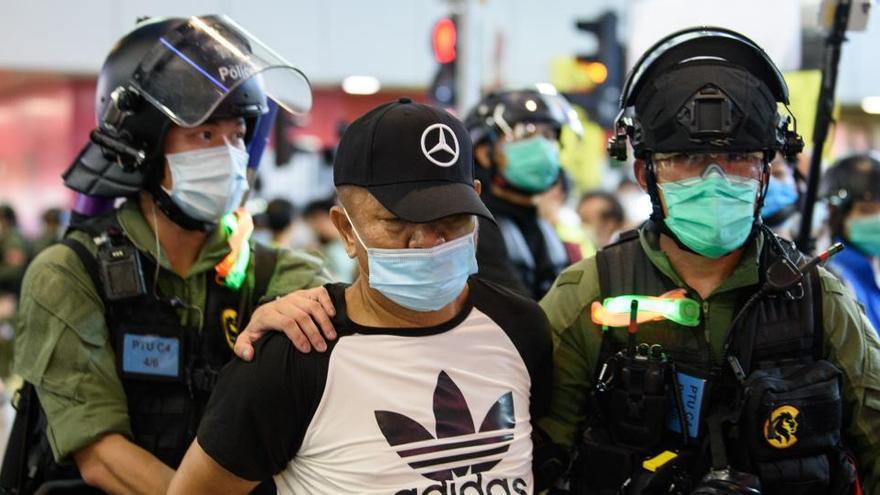 Casi 300 detenidos en protestas contra el retraso electoral en Hong Kong