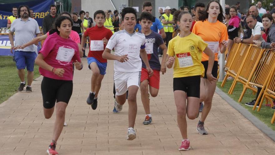 El cross escolar de Domaio, el más antiguo de la comarca, reúne a medio millar de participantes