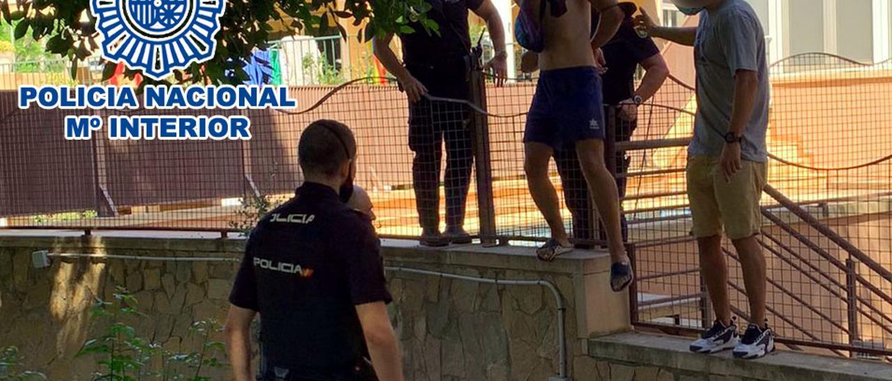 Agentes de la Policía Nacional con unos de los detenidos por los robos.