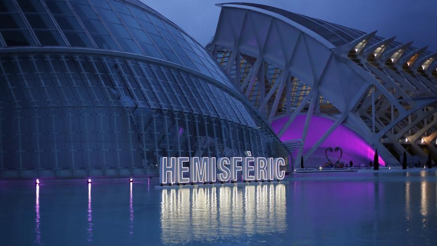 Así se ha iluminado la Ciutat de les Arts i les Ciències para conmemorar el 8M